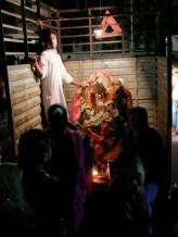 Am elften Tag wird nach der Puja Ganesha verladen und mit viel Musik, Tanz und Freude zum Meer gefahren. Wichtig ist das die Statue keine Risse bekommt, das bringt Unglück.