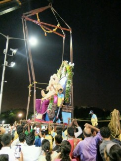 Ohne technische Hilfe ist es nicht möglich Ganesha dem Wasser zu übergeben
