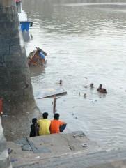 Nach elf Tagen feiern, beten und Freude wird der Hafen von Holz und Müll gesäubert.