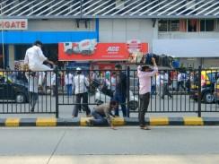 Bei so einem Gewicht nimmt man den kürzesten Weg auch wenn auf der Straße eine Barriere ist. Inder sind sehr erfinderisch.