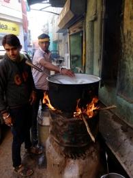 Der Milchladen um die Ecke, bevor die frisch gemolkenen Milch verkauft wird, wird sie erhitzt und durch ein Tuch gegossen.