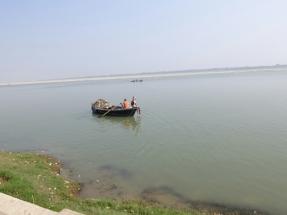 Ganga wird gereinigt, allerdings wird all der Müll auf die andere Seite zum Strand gebracht und dort abgeladen. Der Monsum schwemmt dann alles weg.