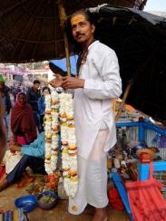 Der Brahmane überreicht BlütenkettenBlüt