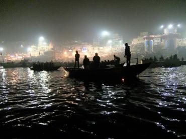 Gangaarati, eine Lichtzeremonie am Abend.