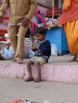 Drei Jahre alt, manchmal wie ein kleines Äffchen herumspringend, aber ein Genießer. Der Sohn meiner Freundin Rita in Varanasi.