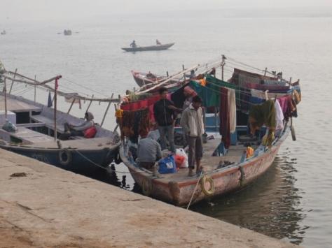 Pilgerschiff auf der Ganga Da jeder Pilger ein Bad in der Ganga nimmt, um sich von schlechtem Karma zu befreien, gibt es auf den Booten um die Kleidung zu trocknen. Frauen baden grundsätzlich voll bekeidet und haben eine besondere Technik sich in der Öffentlichkeit umzuziehen. Es gibt allerdings auch Umkleideräume, die aber selten benutzt werden.