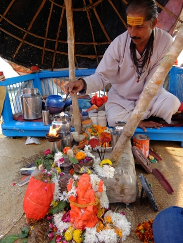 Der Brahmane bereitet die Zeremonie vor