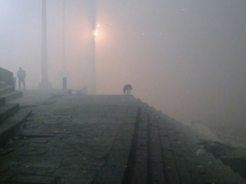 Varanasi versinkt im Nebel